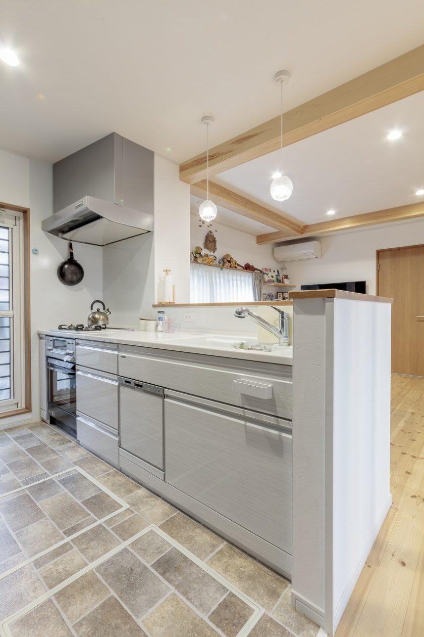 子どもたちに目が届く対面キッチン。床は水はね対策でタイル調のクッションフロアに。