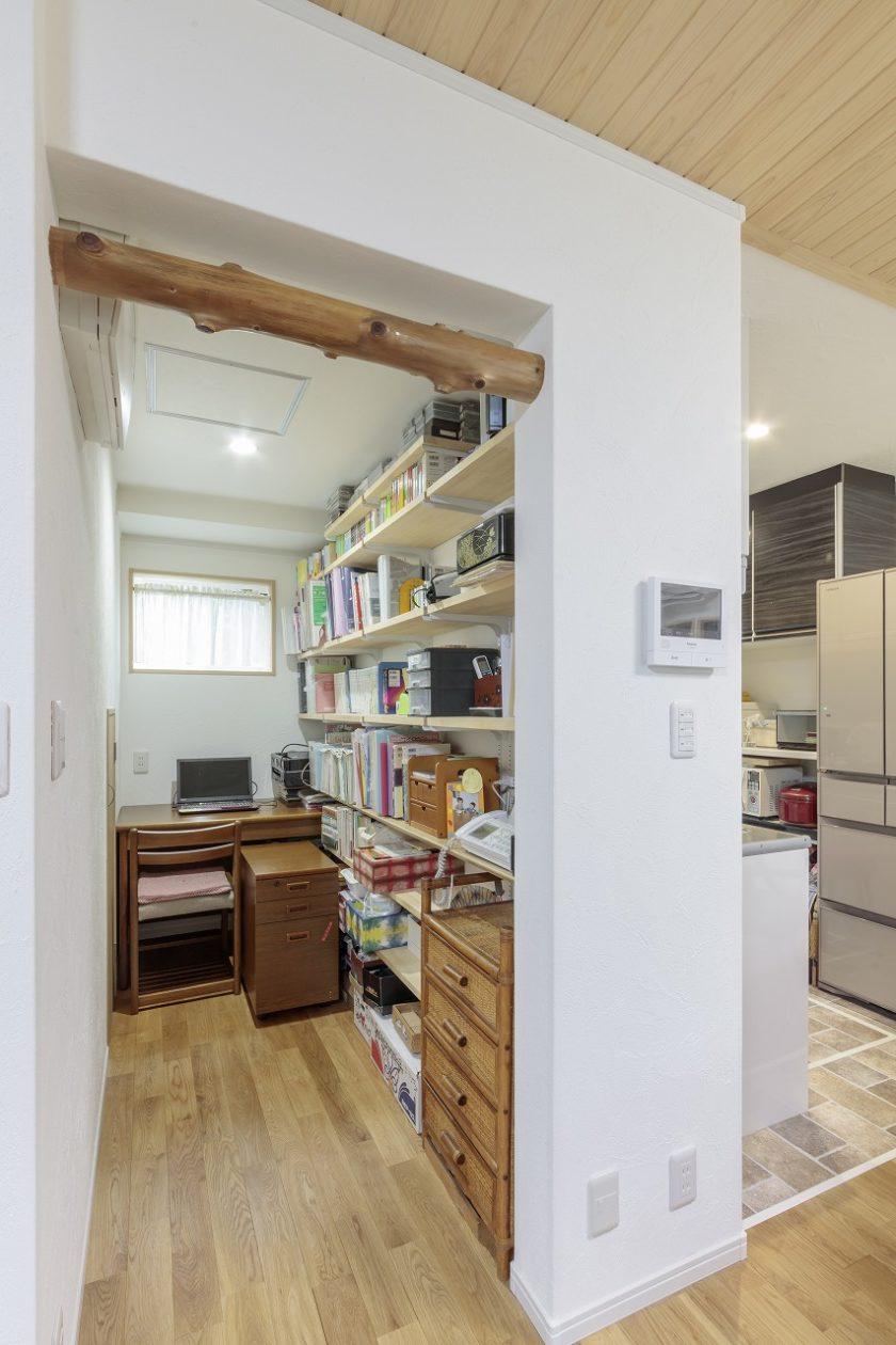 1階キッチンの横には収納スペースとしても使える書斎を設けました。