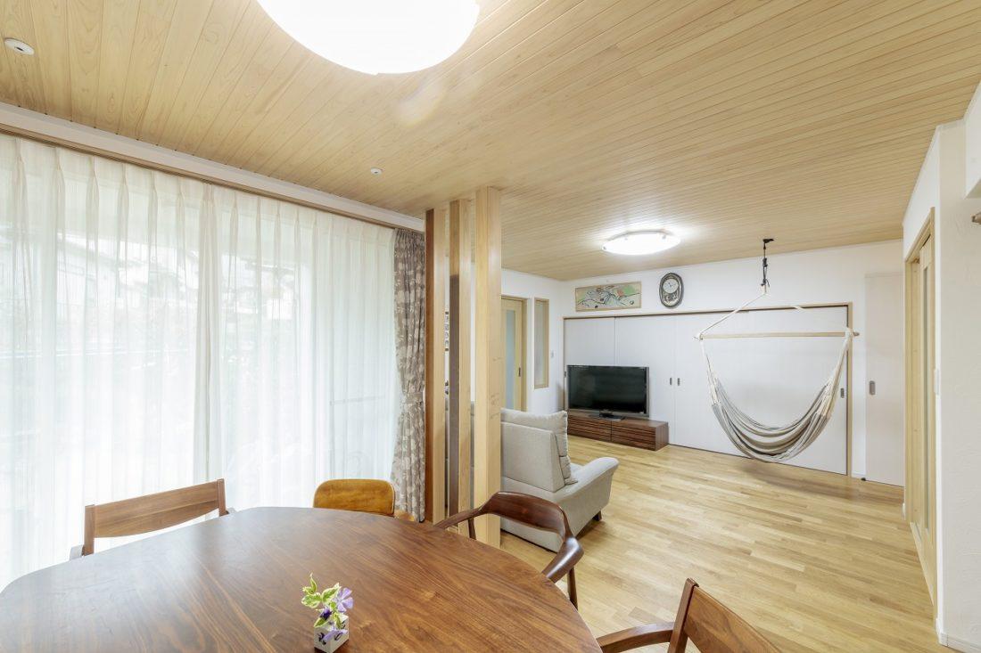 ナラ無垢材の床やヒノキ無垢材の天井羽目板、スイス漆喰の壁が心地よいLDKです。