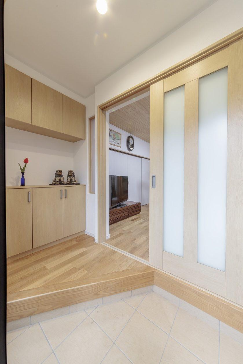 西側にあった玄関は南側に位置を変えて明るくなりました。斜め框で大家族でも使いやすく。