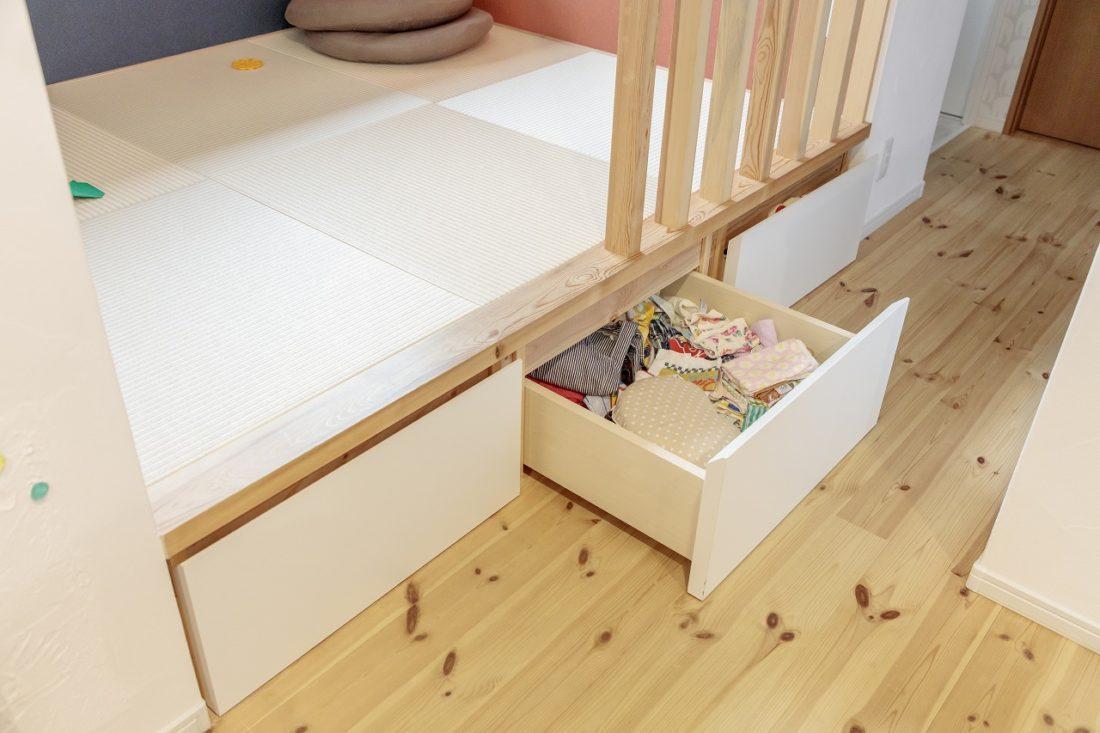 小上がりの下には引き出し式の収納を設け、LDKをきれいに保つ工夫もされています。