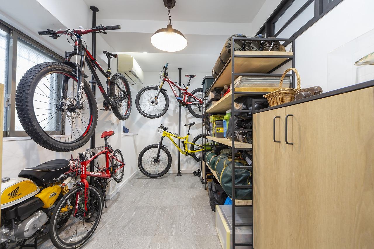 アウトドア好きのご主人のために設けた玄関土間。複数台ある自転車も、天井を補強した上でポールにディスプレイしてスッキリと。