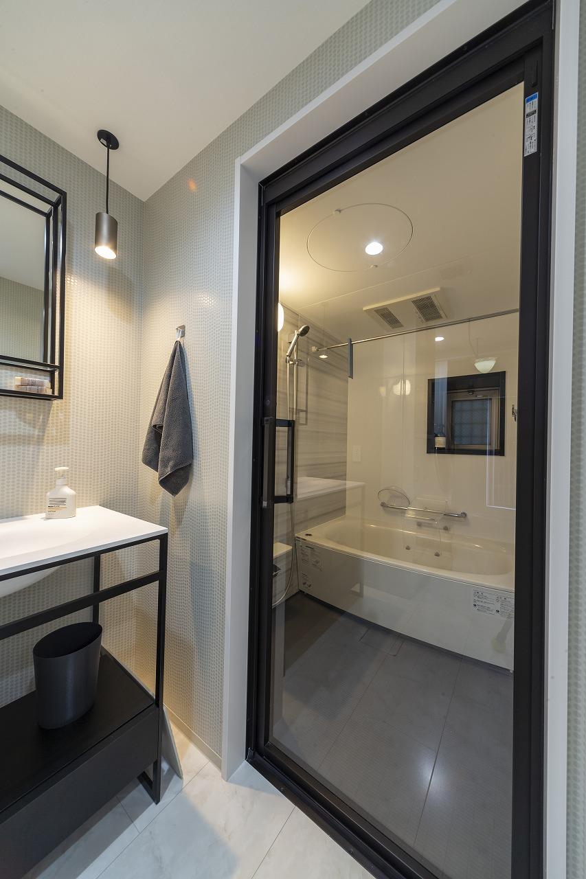 全体のインテリアテイストと合わせて、浴室ドアのフレームの色にもこだわり、黒を選択。