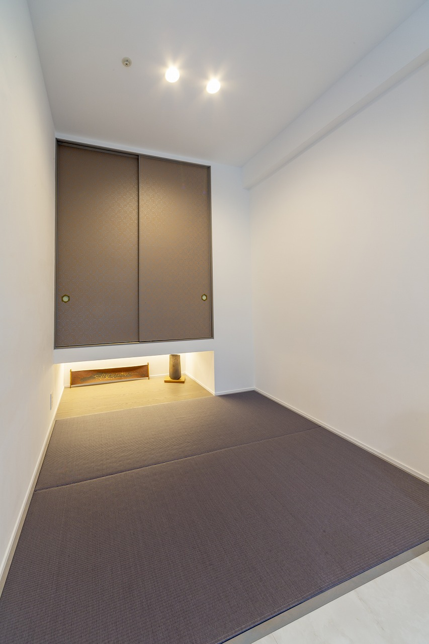 和室を最小限残して寝室に。襖は京唐紙、取っ手には真鍮と陶器を組み合わせるなど、細部までセンスの良さが光ります。