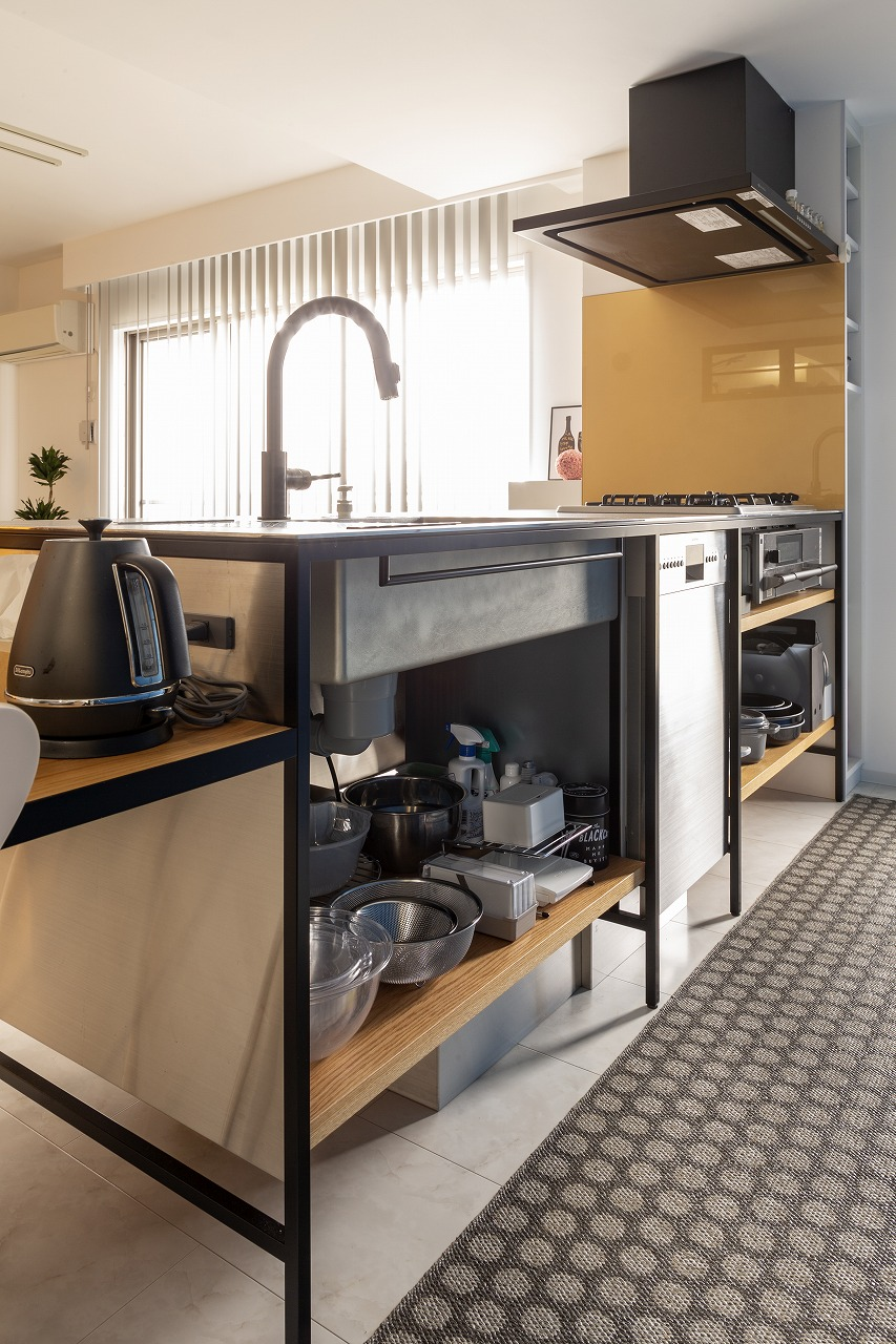 デザインと使いやすさを両立したキッチン。出し入れと掃除のしやすさを重視し、あえて扉の無いオープンなスタイルに。水栓は黒にこだわって。