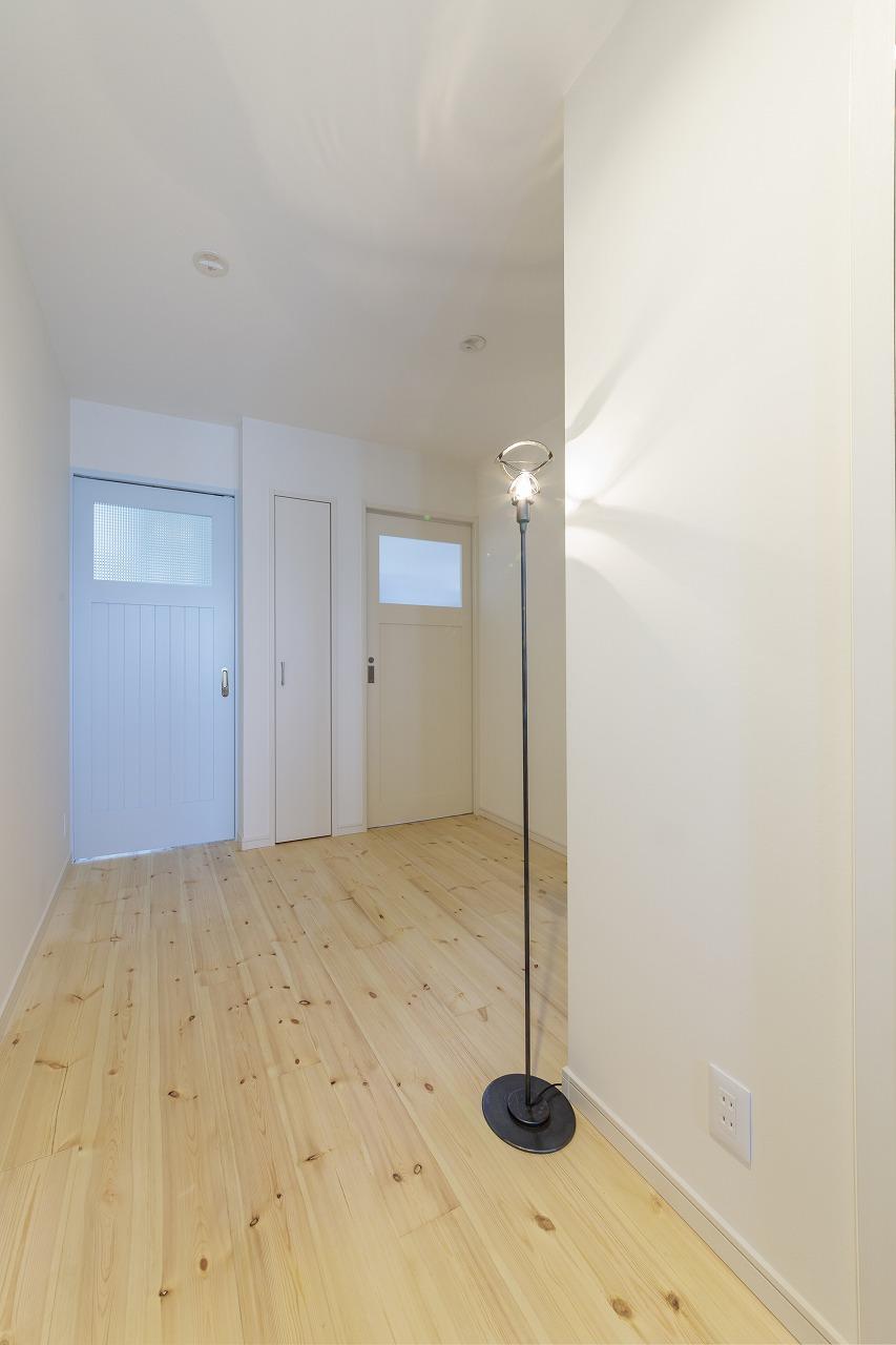 右のドアは洗面脱衣室へ、左のリビングにつながるドアは水色を選びました。