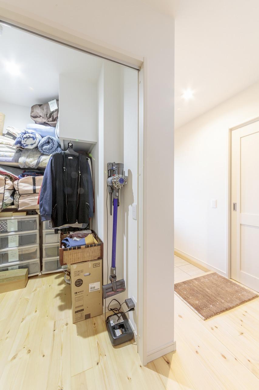 クローゼットはスペースを最大限に活かせるよう、棚板やポールなどをリクエストして設置。
