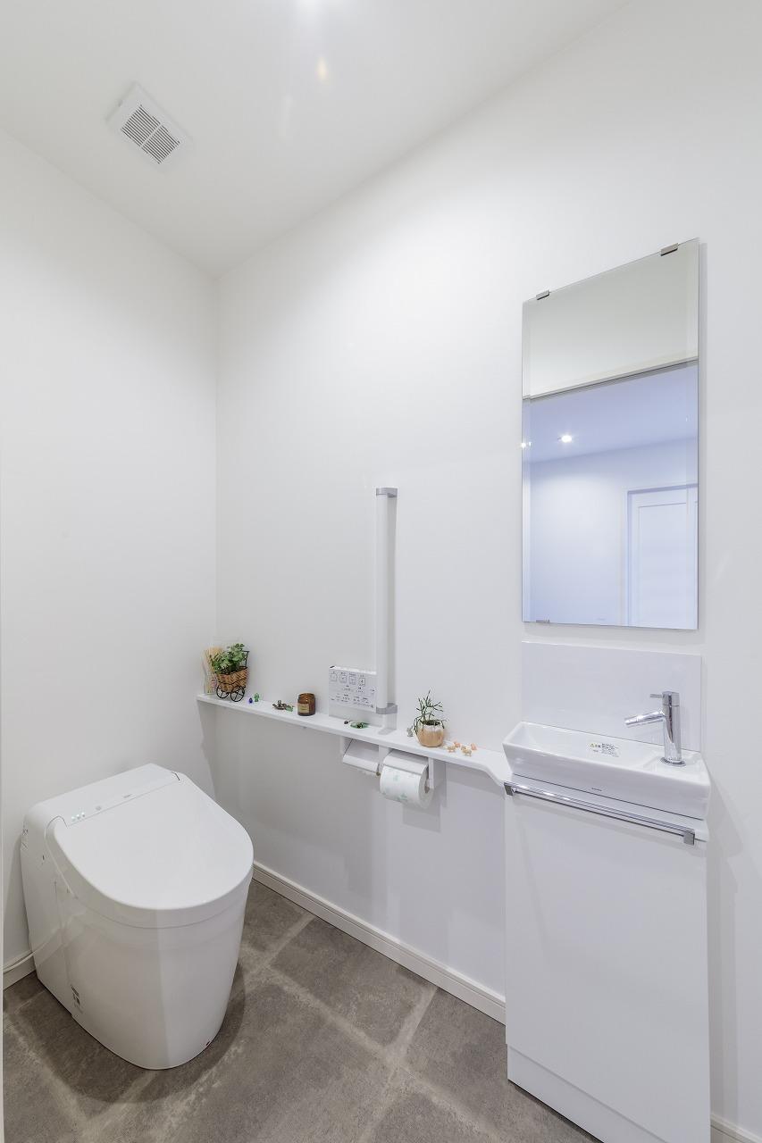 除菌効果がある最新のトイレとお手入れ簡単なクッションフロアで掃除の負担も軽減。