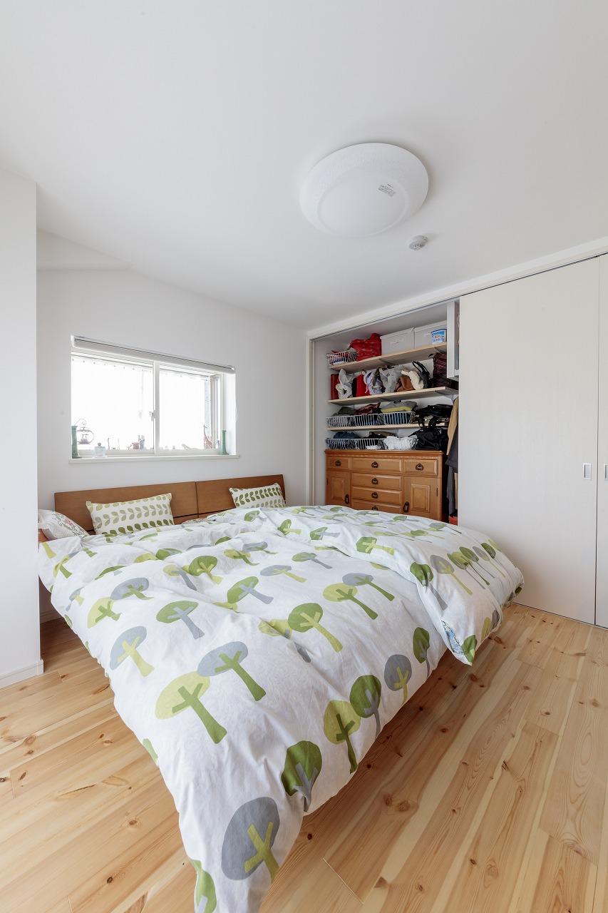 寝室のクローゼットはもともと使っていたタンスのサイズに合わせ収納棚を設置し使いやすく。