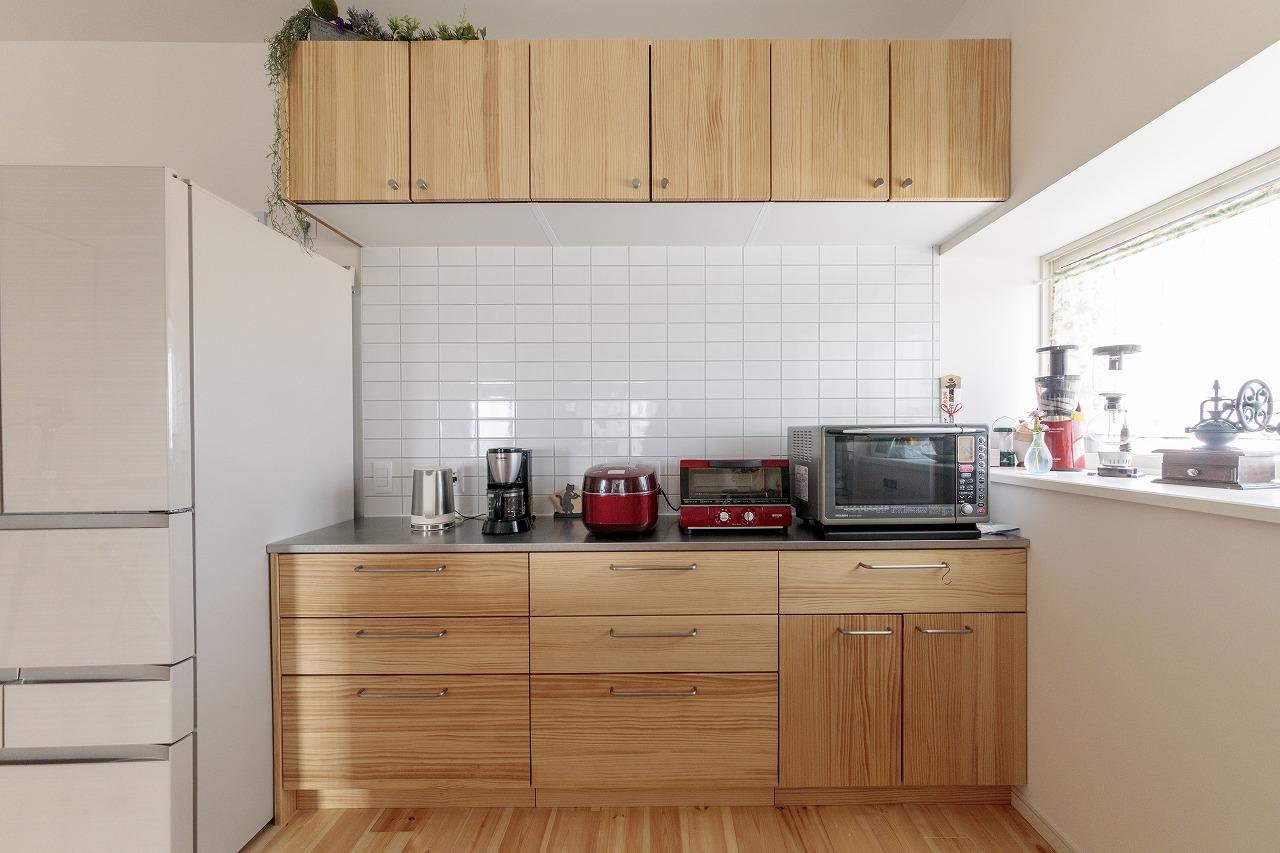 食器などは収納に収まる量に整理。壁には家電用のコンセントもしっかり確保しました。