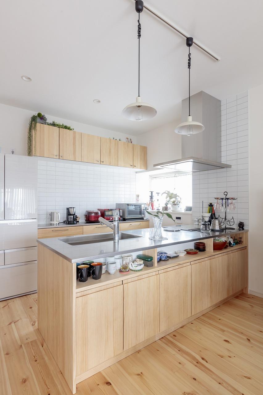 パイン無垢の床に合う木目のキッチンにステンレスの天板を組み合わせました。