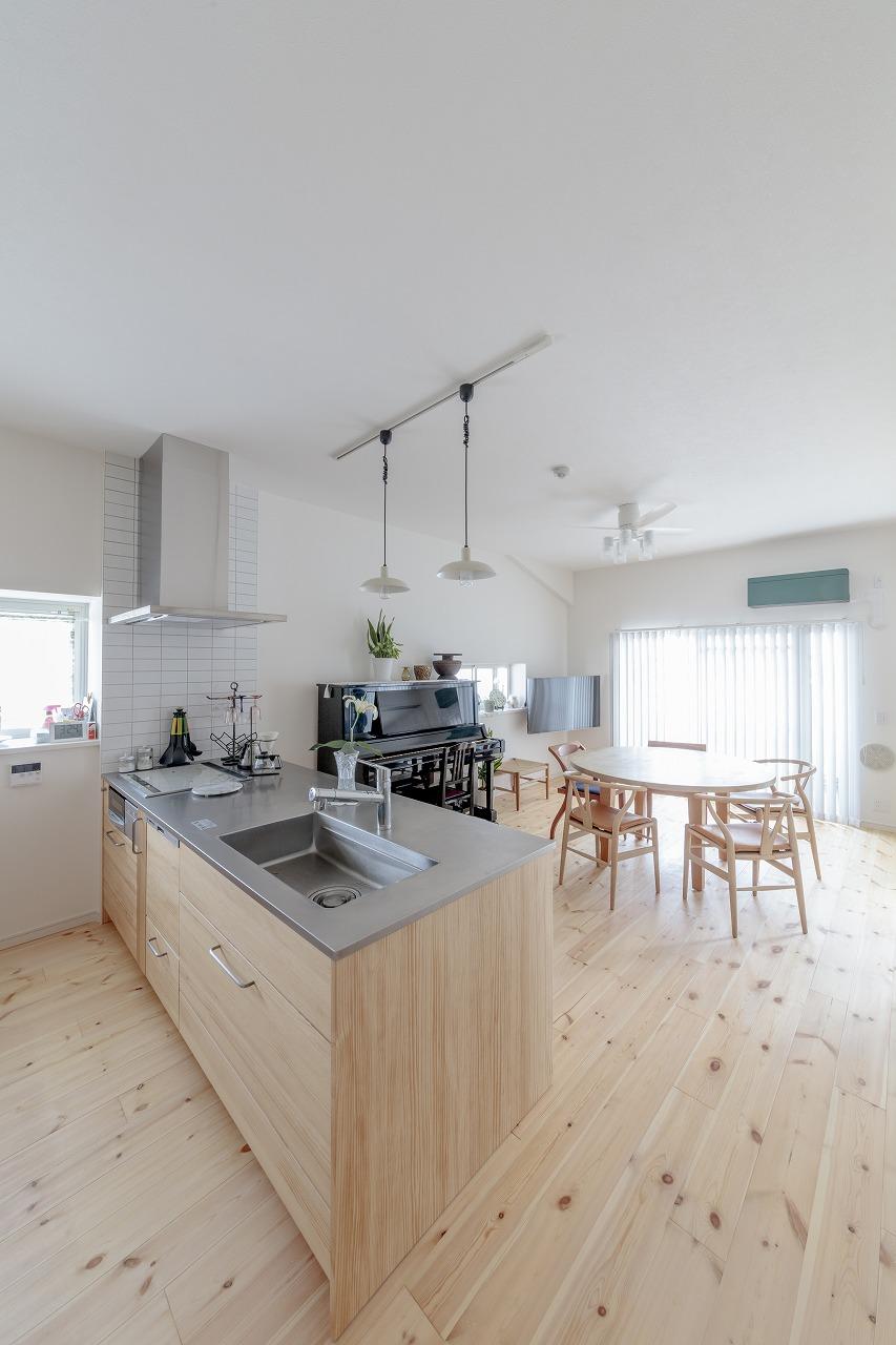 キッチンに立っていても南面の掃き出し窓からたっぷりの陽光が入る明るく開放的なLDK。
