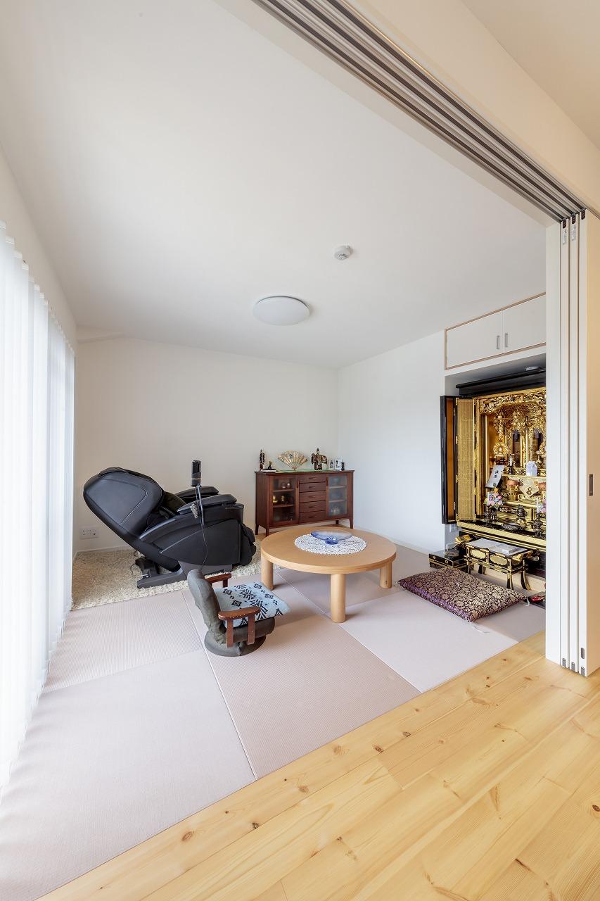 リビングに隣接するのは床に段差のない畳スペース。桜色の縁なし畳はオールハウスの提案。