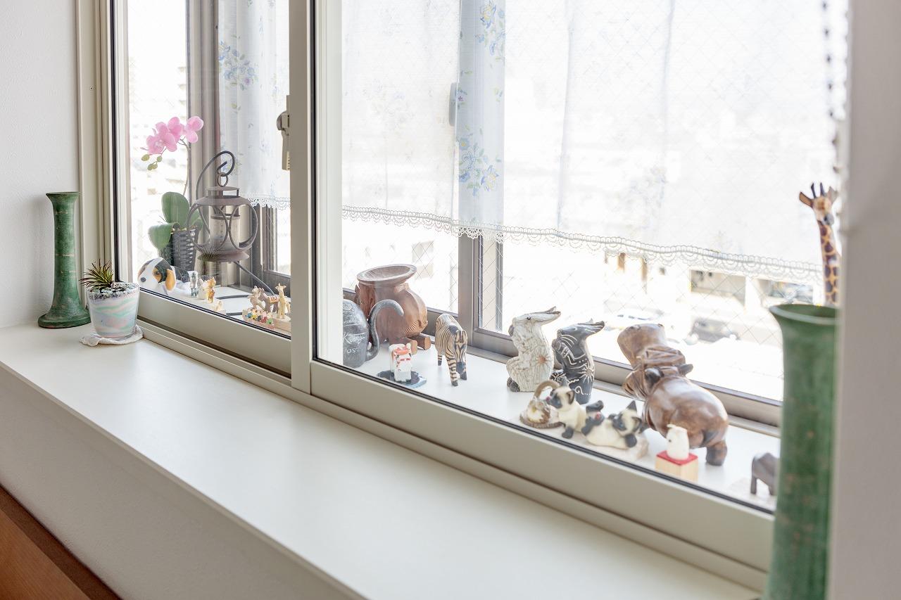 内窓を設置して二重になったことで断熱性が向上。出窓は奥さまお気に入りのディスプレイスペース。