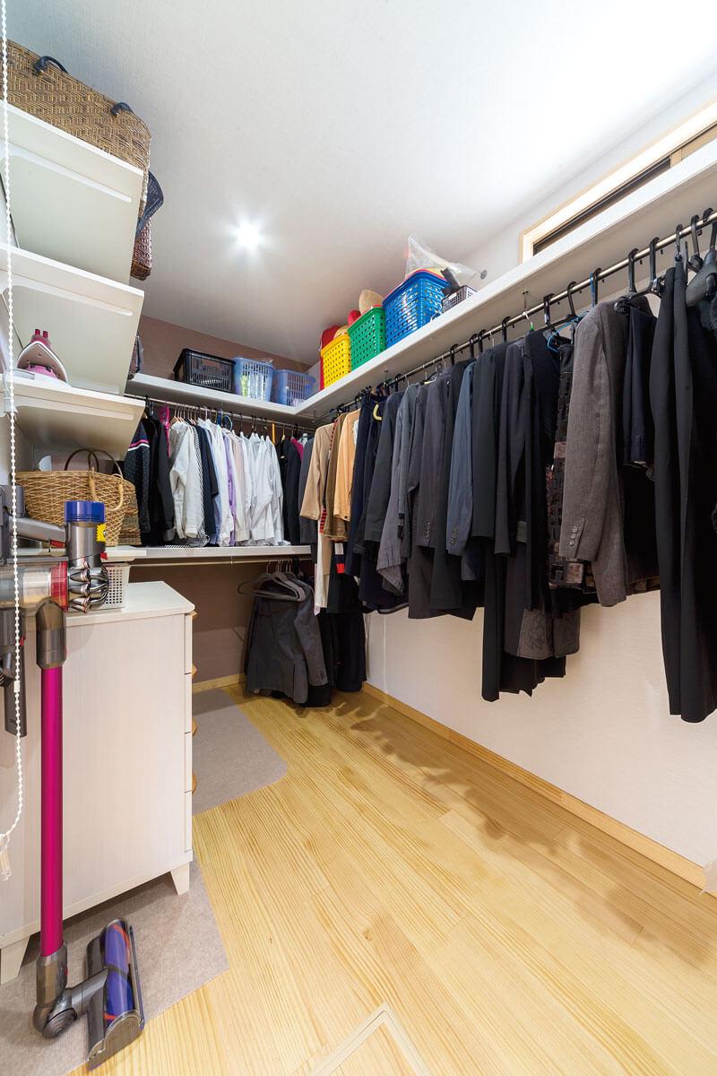 スーツ、Yシャツ、アイロン等、様々な物を出し入れしやすい工夫がされています
