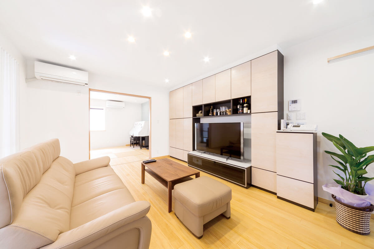 スペースを有効活用するためたっぷり収納できる天井までの壁面収納を採用