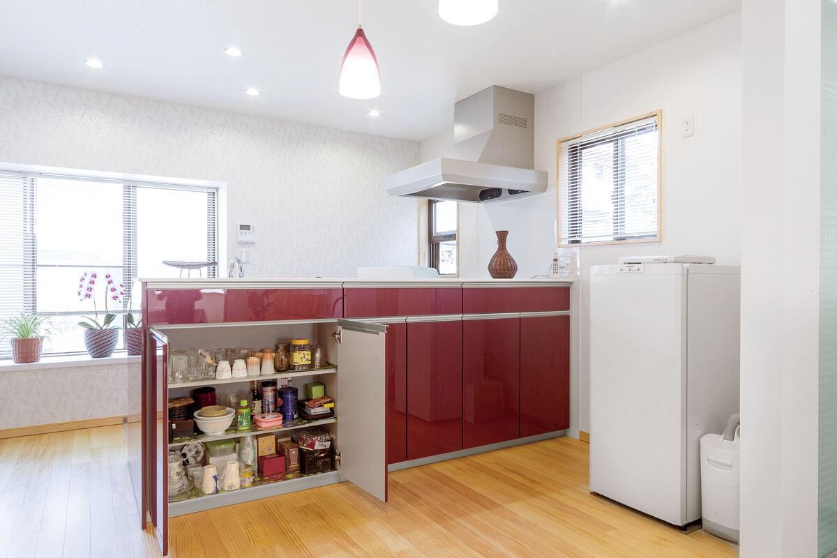 キッチン台のリビング側は収納スペースとして活用