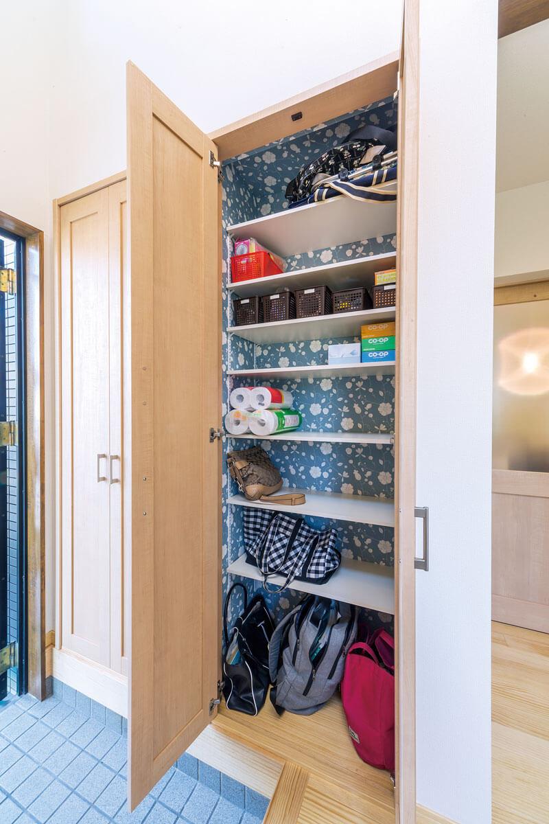 以前の和室にあった押入れスペースを活用して、玄関側に収納棚を設置。毎日使う通勤バッグや鍵などの定位置。