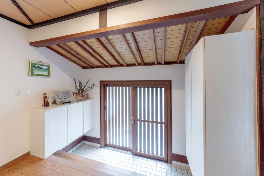 玄関扉を一新し、両側に大容量の収納を設置。
