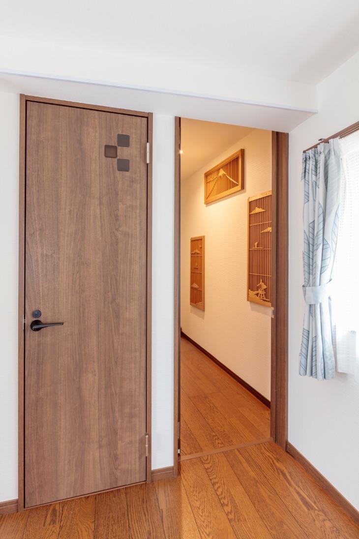 ワークルームと母屋をつなぐ渡り廊下。壁には和室にあった欄間を飾って。