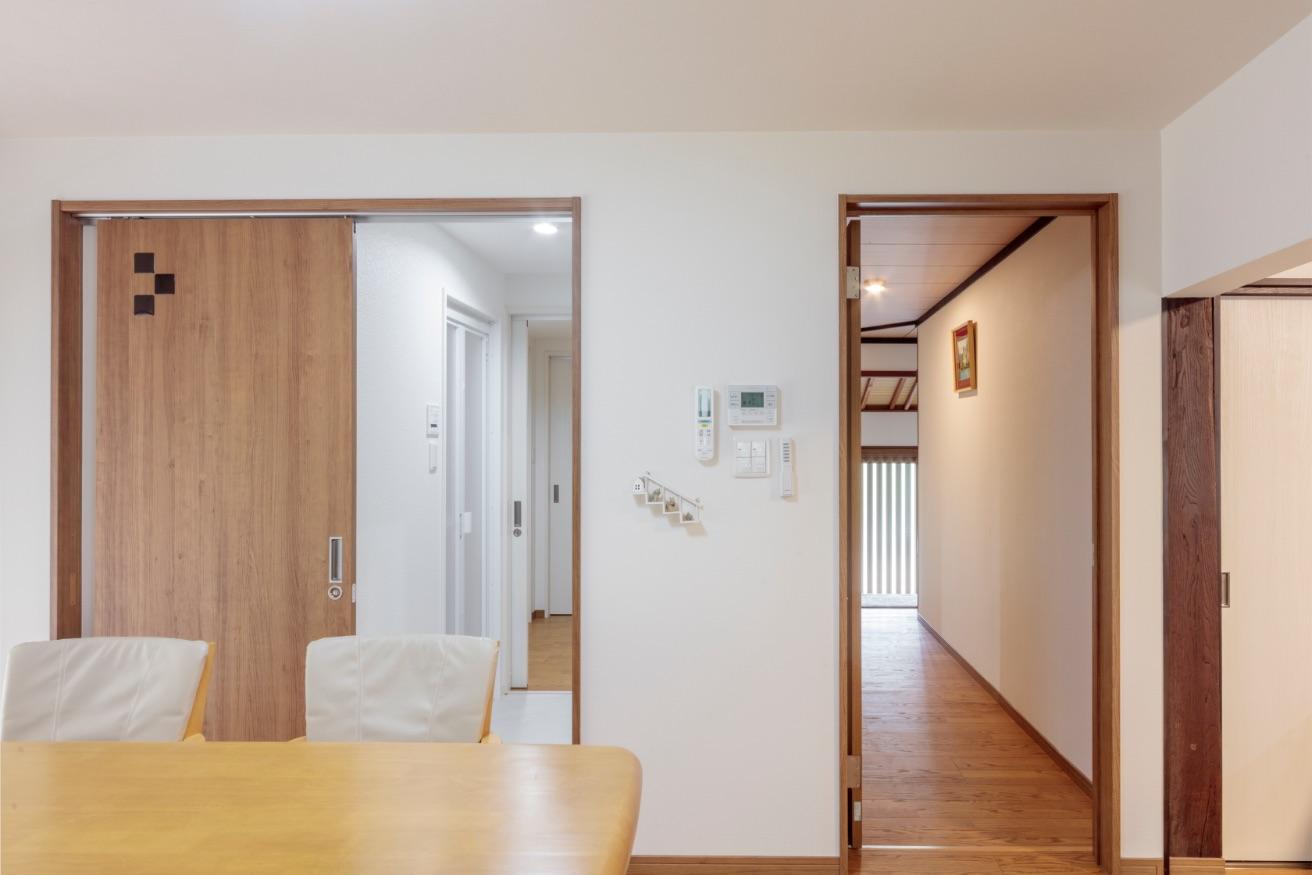 左扉は、LDK→洗面脱衣室→家事室に、右扉は、玄関へとつながる便利な動線。