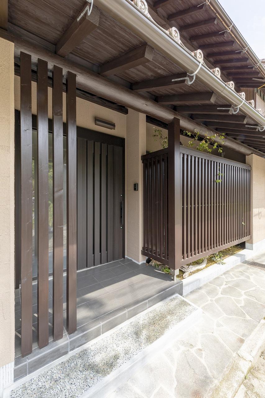 外壁は町並みに馴染む土壁風に。軒下と横梁は既存のものを塗り替えました。