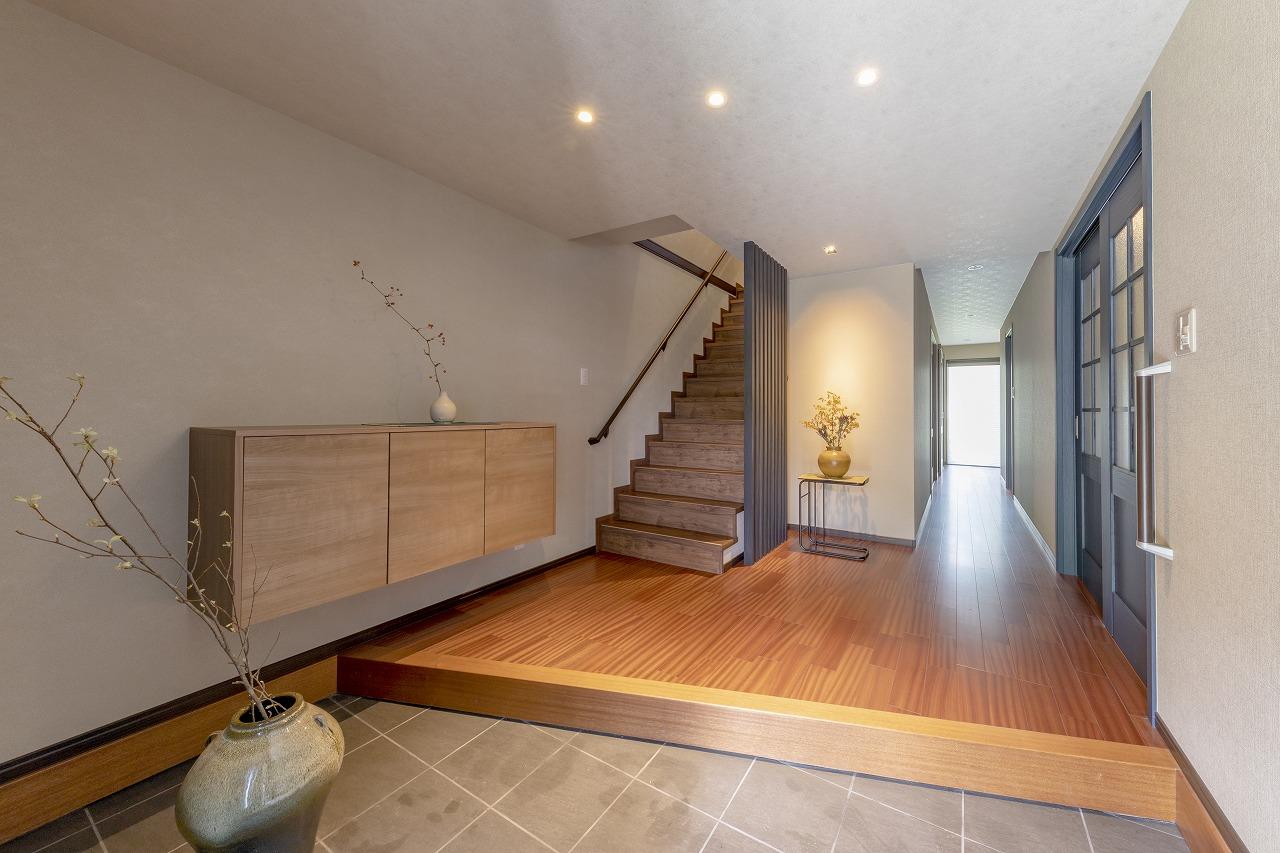 土間を玄関に。ホールを伸ばして、階段を緩やかな勾配に設置し直しました。