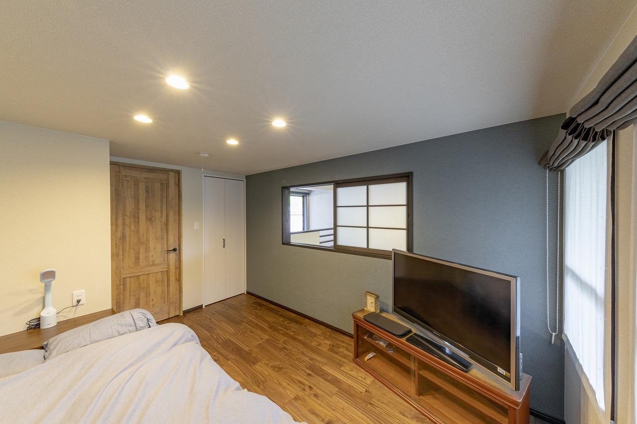 2階の納戸を拡張して寝室に。吹抜けに面した壁には小窓を造作。