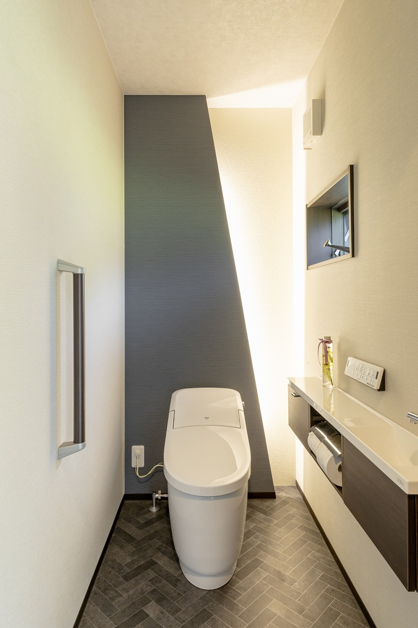 斜めにカットした壁に設置した間接照明が格好いいと、ゲストにも好評なトイレ。