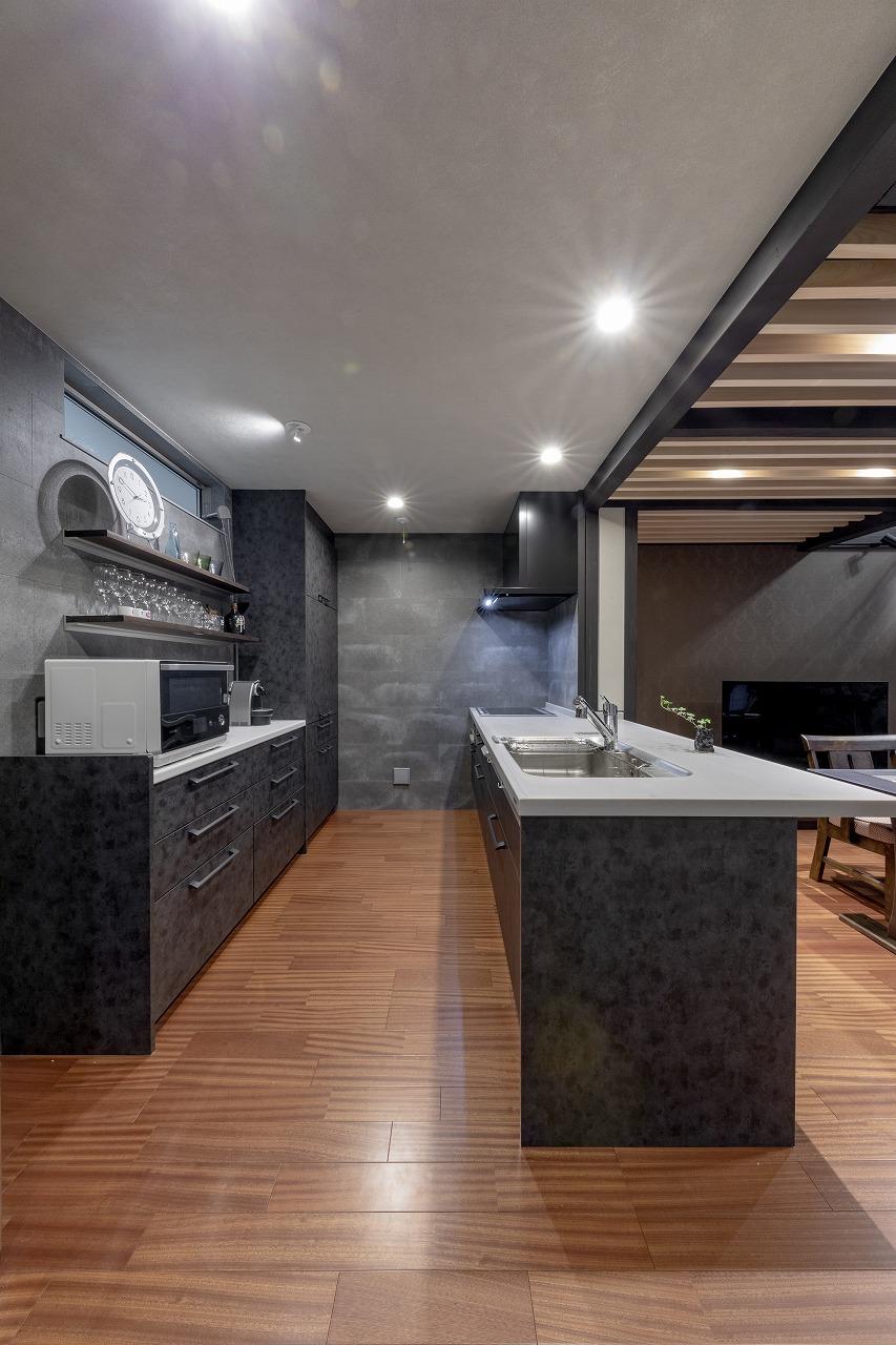 デザイン性にこだわったキッチン。壁には外壁にも用いられる丈夫なスレート材を貼っています。