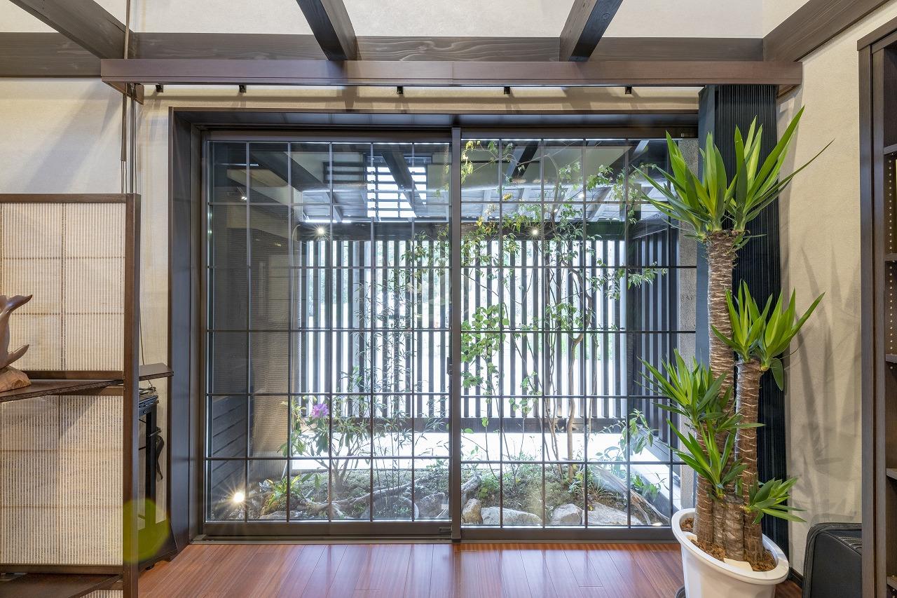 土間だったスペースを坪庭にして、通路側には格子を設置。プライバシーの確保と癒やしの両方の効果に。