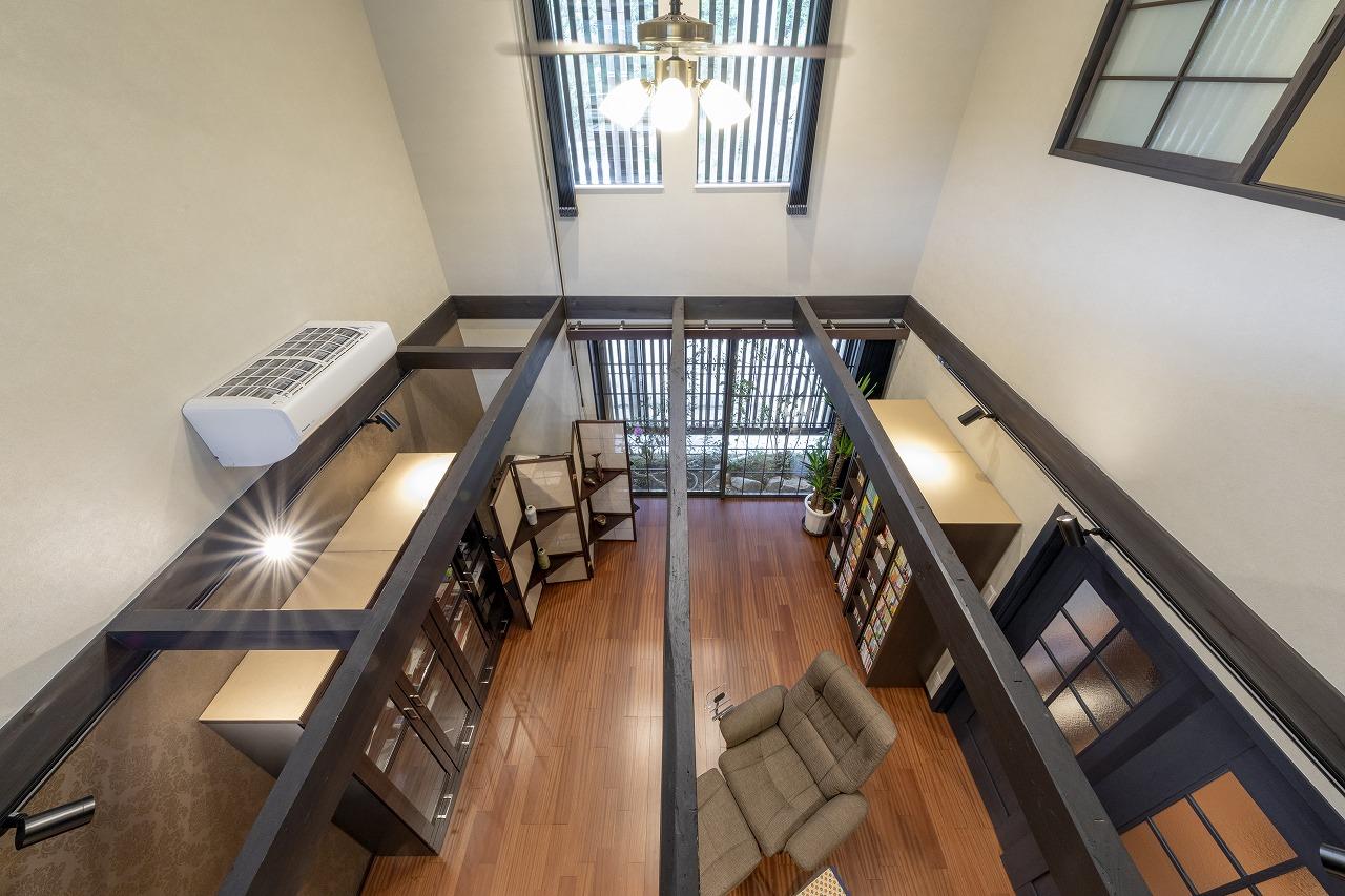 低かった天井は梁だけ残して吹抜けに。2階の窓ははめごろしの明かり取りにし、明るさを確保。