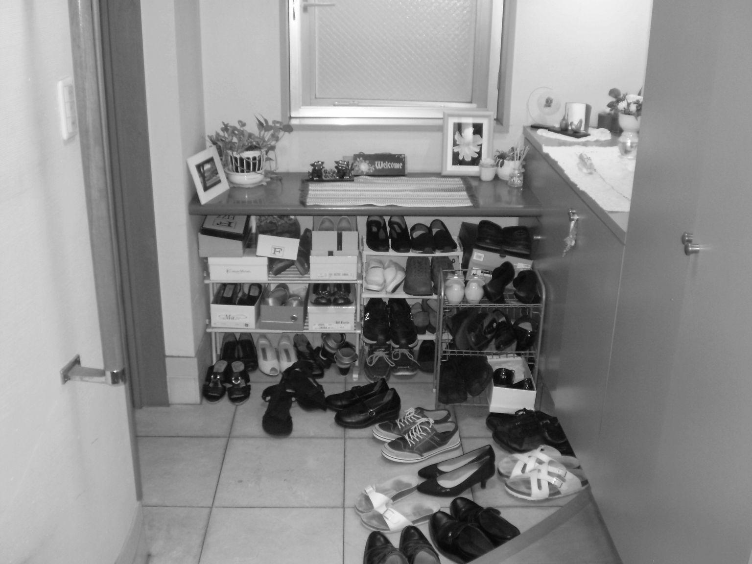 玄関スペースに靴が溢れ出ていました