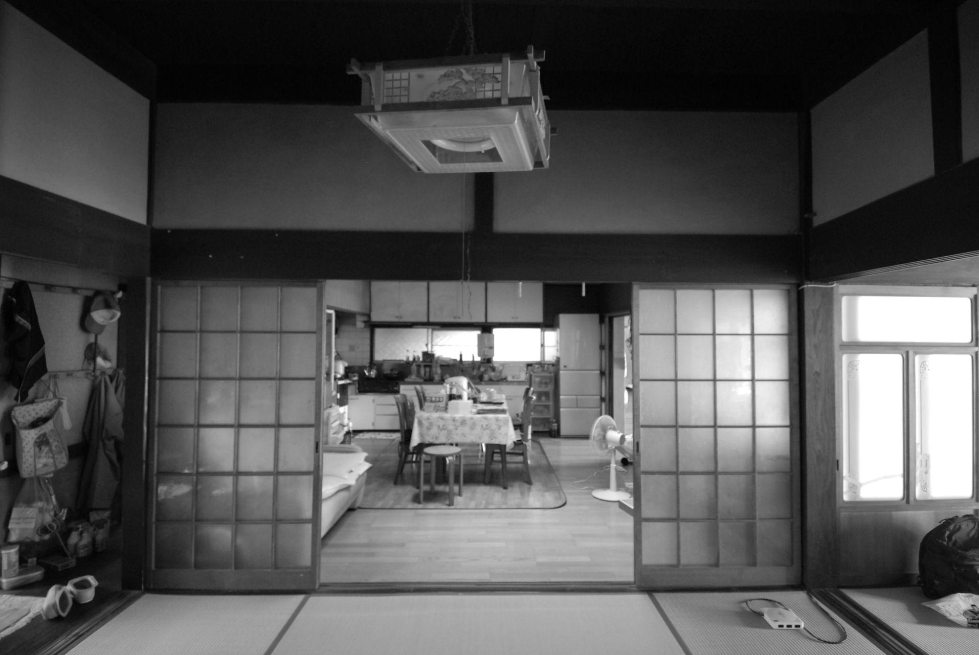 家族全員が集まるには手狭で、収納も不足していたDK。隣接する和室を取り込んでLDKを広げることに。