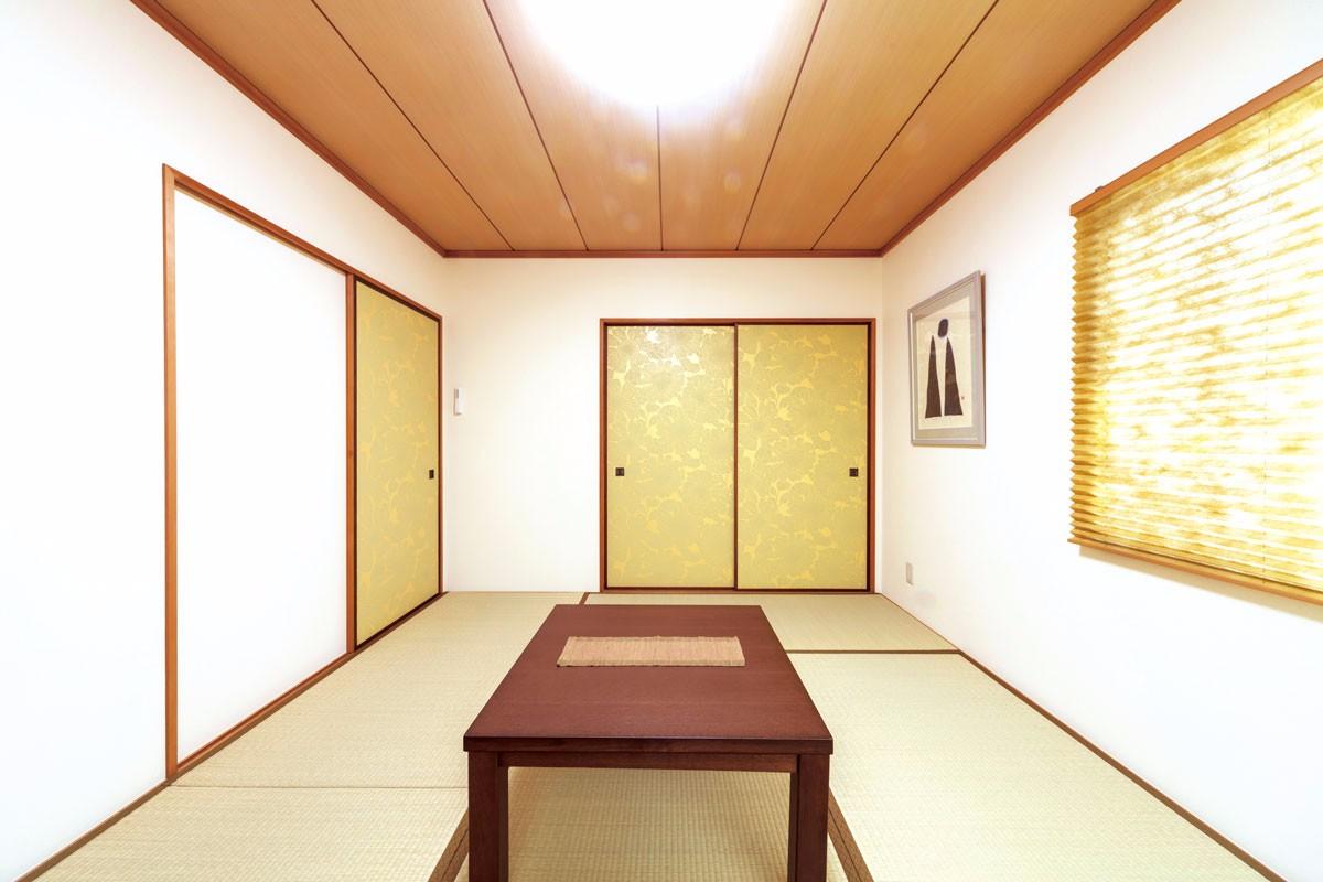 2Fの和室は和紙風の白いクロスをベースにし、アクセントとして建具に柄クロスを。