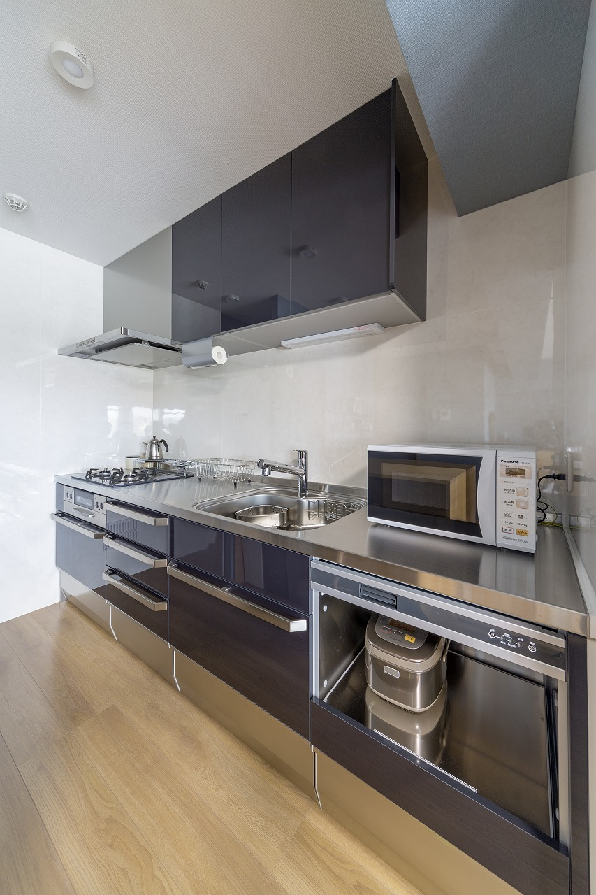 強く美しいステンレスのキッチン。収納も豊富で、お手入れのしやすさも◎。