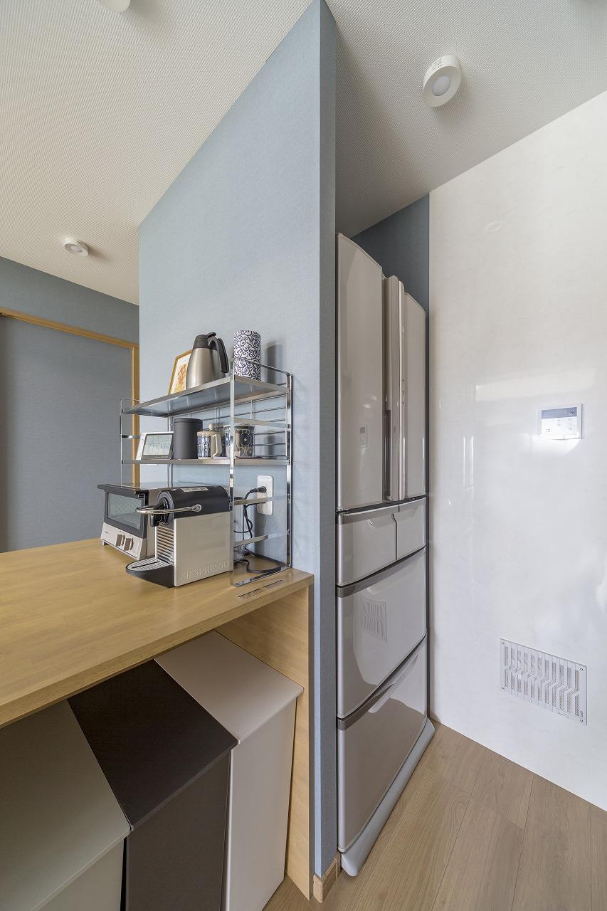 冷蔵庫がぴったり収まるように設計。空気の流れをつくりだす換気口を設置(写真右下)。