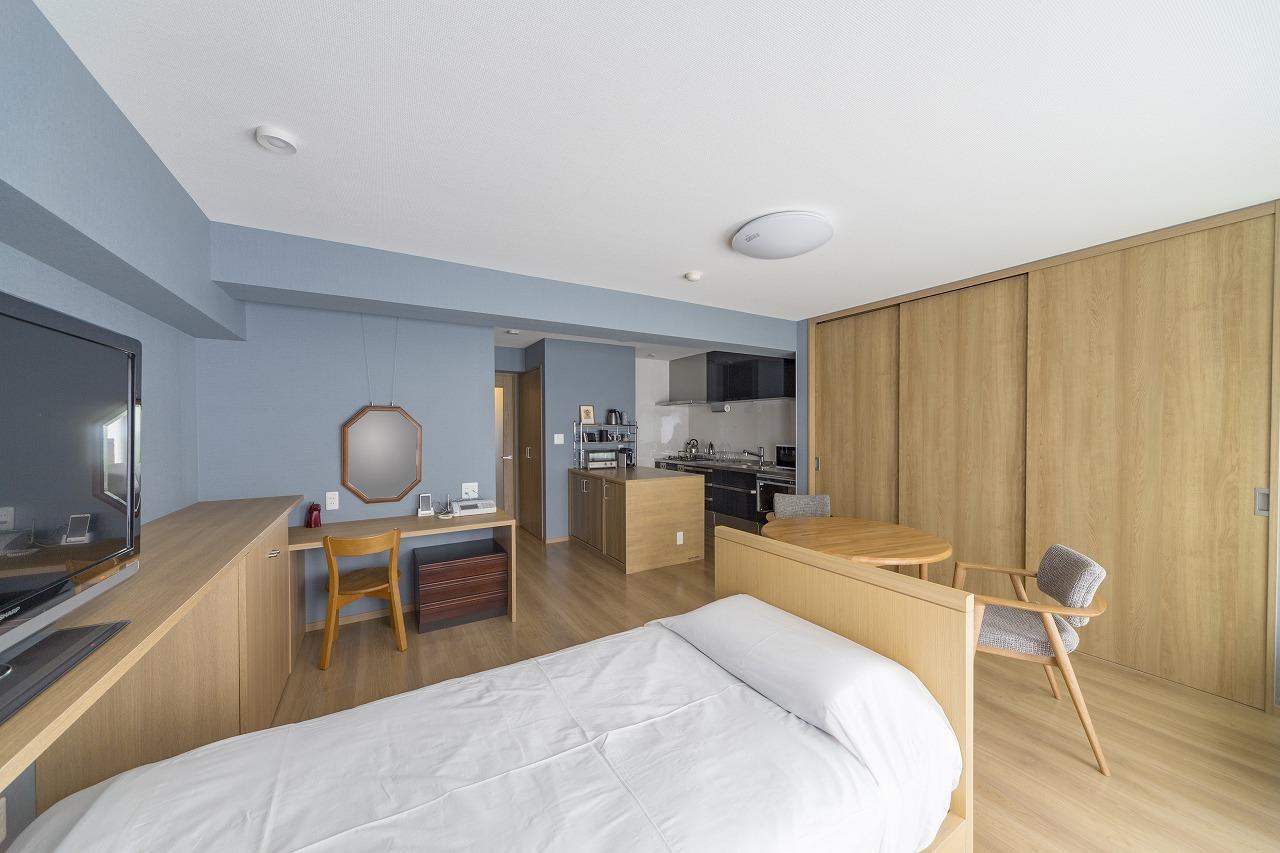 なるべく家具は置かず、造作の収納を計画的に配置。趣味を集中してできるワークデスク(写真左手)も造作です。