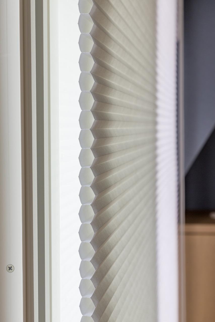 暑さ対策に、インナーサッシや断熱材、室外機の日除けや断熱効果の高いハニカムスクリーン(写真)などを採用。結露の対策としても有効です。