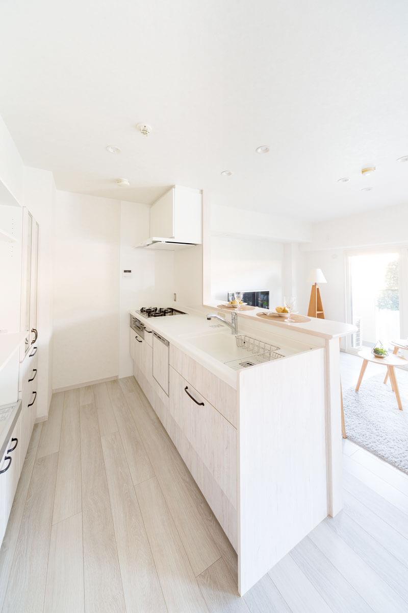閉鎖的な印象だったキッチンは吊り戸棚をなくして開放的なI型へ。