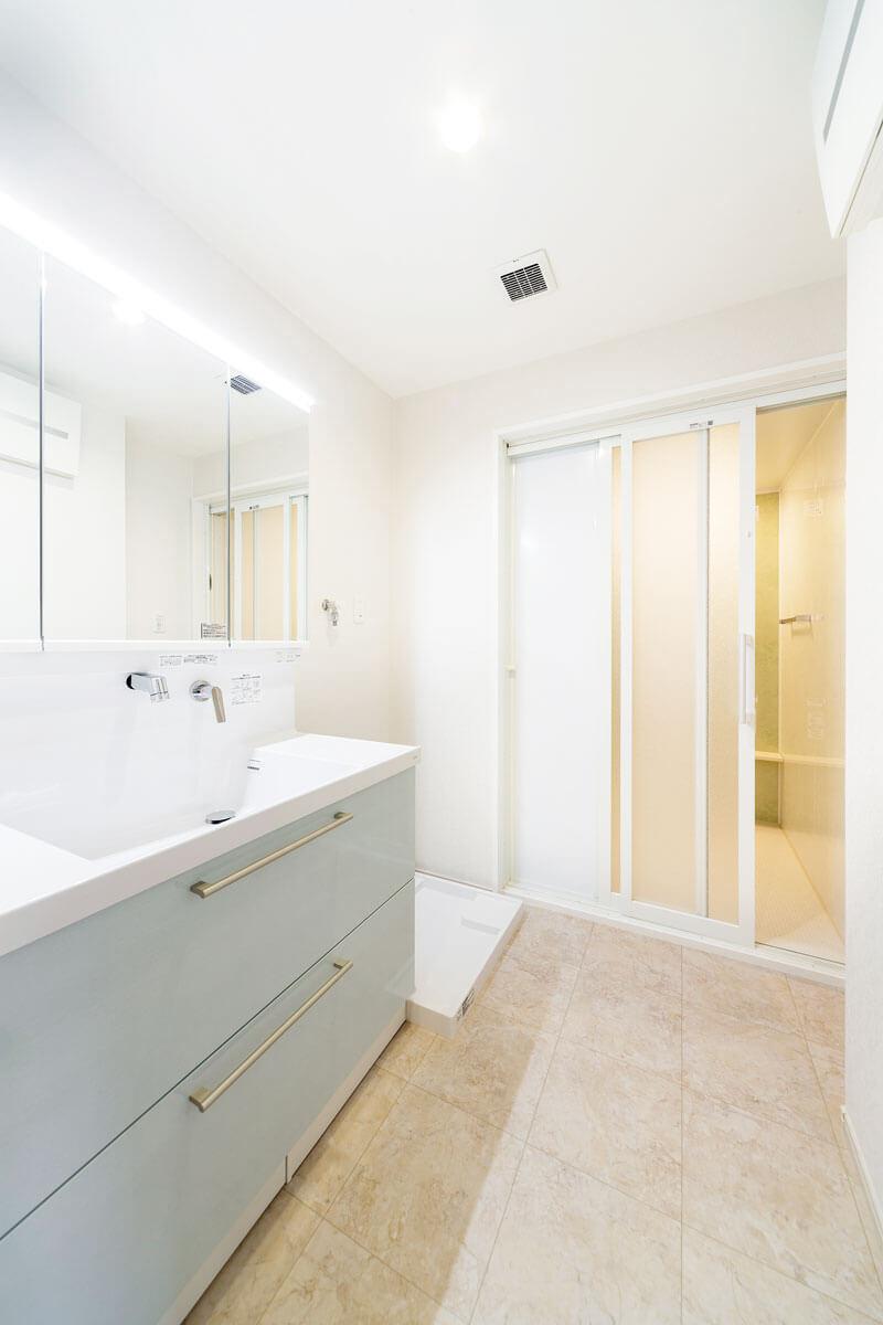 広々とした洗面脱衣室。浴室への扉は3連引き戸なので開口部も広く。