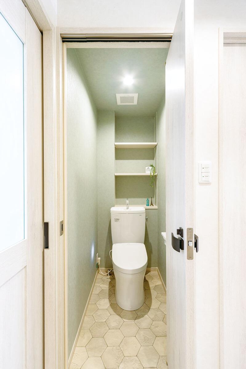 壁の汚れが気になっていたトイレは色つきクロスでエレガントな空間に。