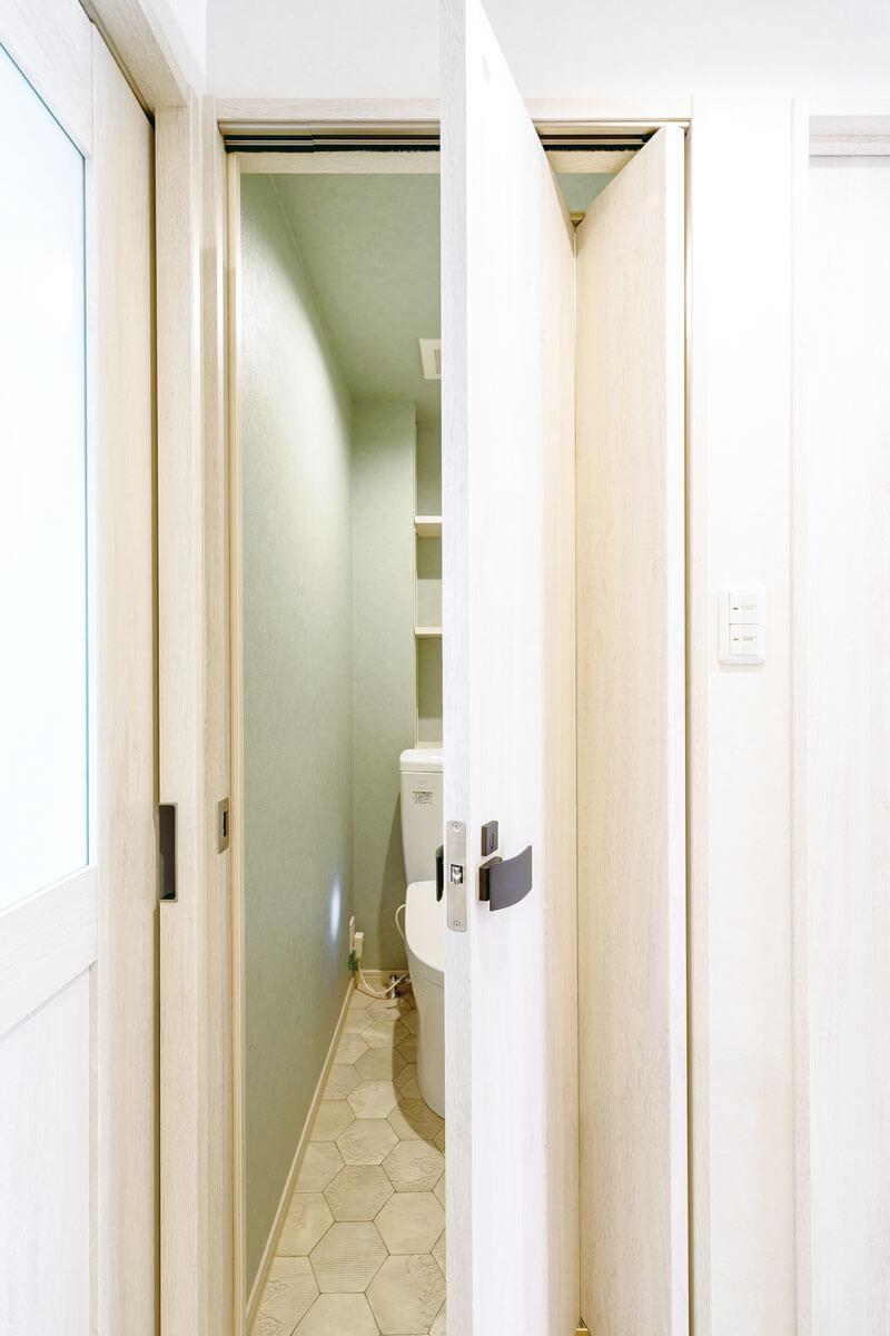 扉は外に大きく開かない折れ戸を採用。