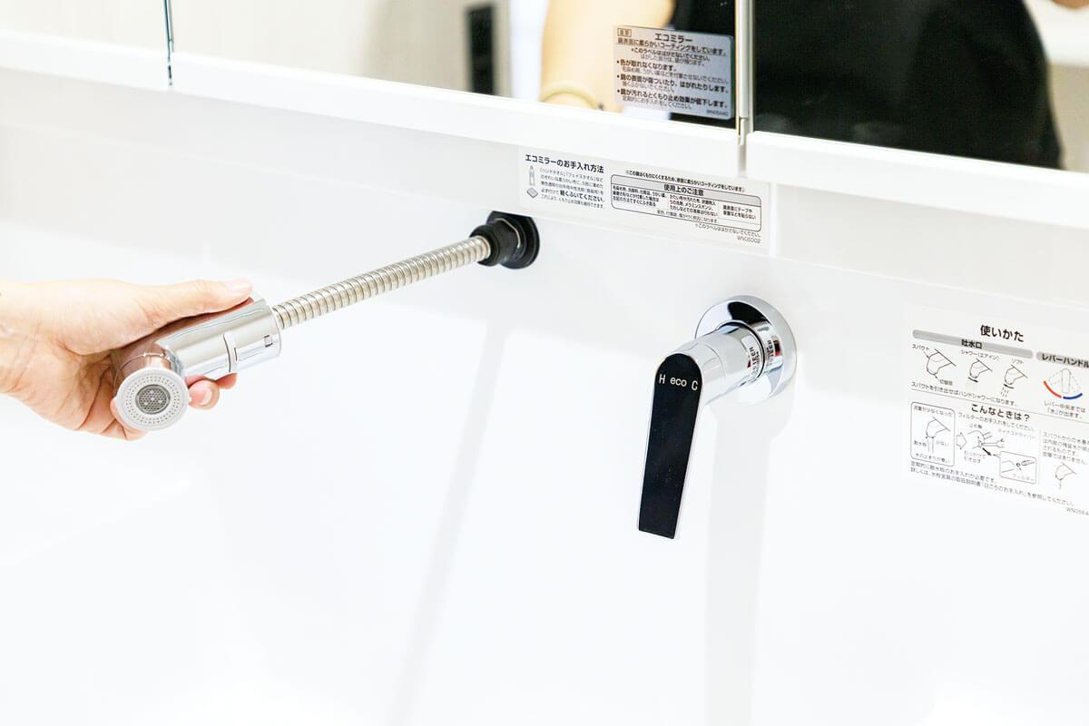 引き出せる便利なシャワーハンドルがついています。