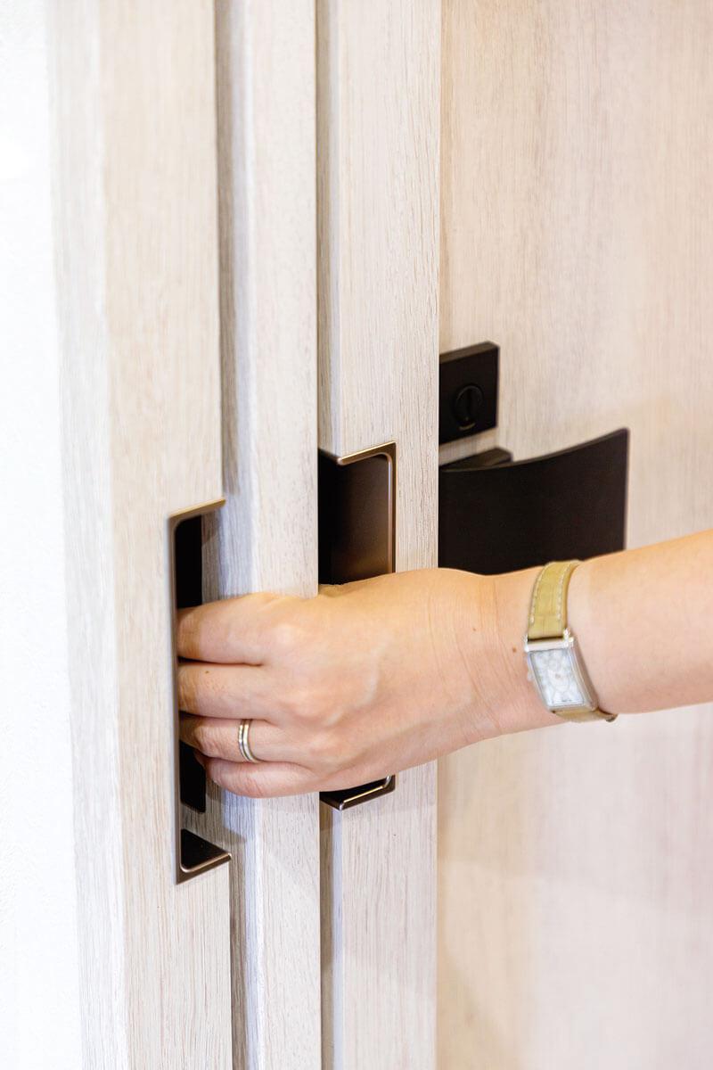 リビングドアは戸袋を設けて引き込みに。