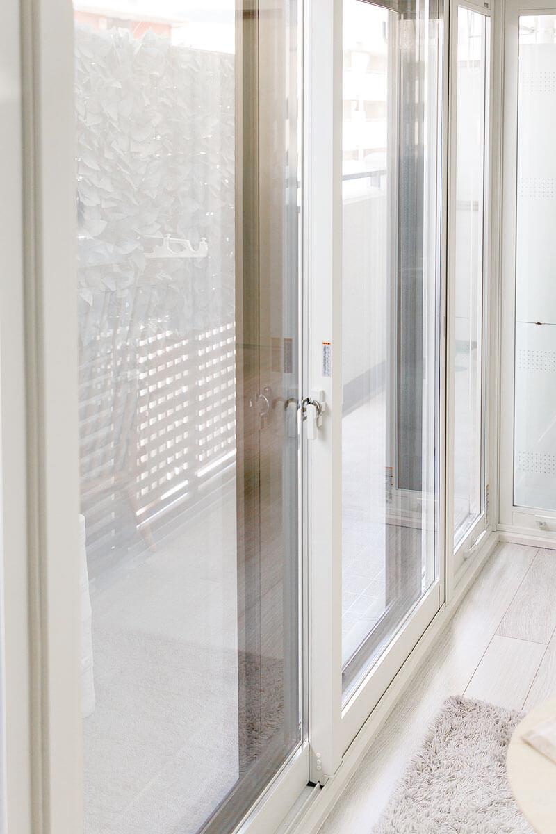 ペアサッシの内窓は寒さ対策だけでなく、部屋をホワイトで統一するインテリア効果も。
