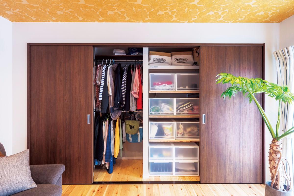 収納ボックスを使うことを前提に、幅を調整したクローゼット。
