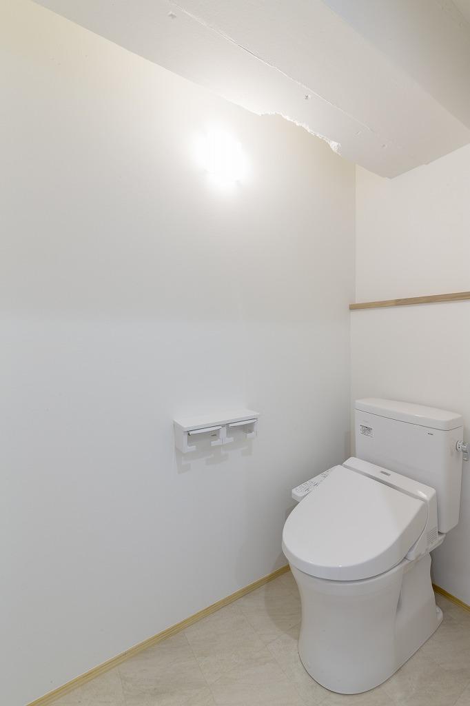 空間をスッキリさせるため、トイレ内にある大きな梁も壁と合わせて白く塗りました。