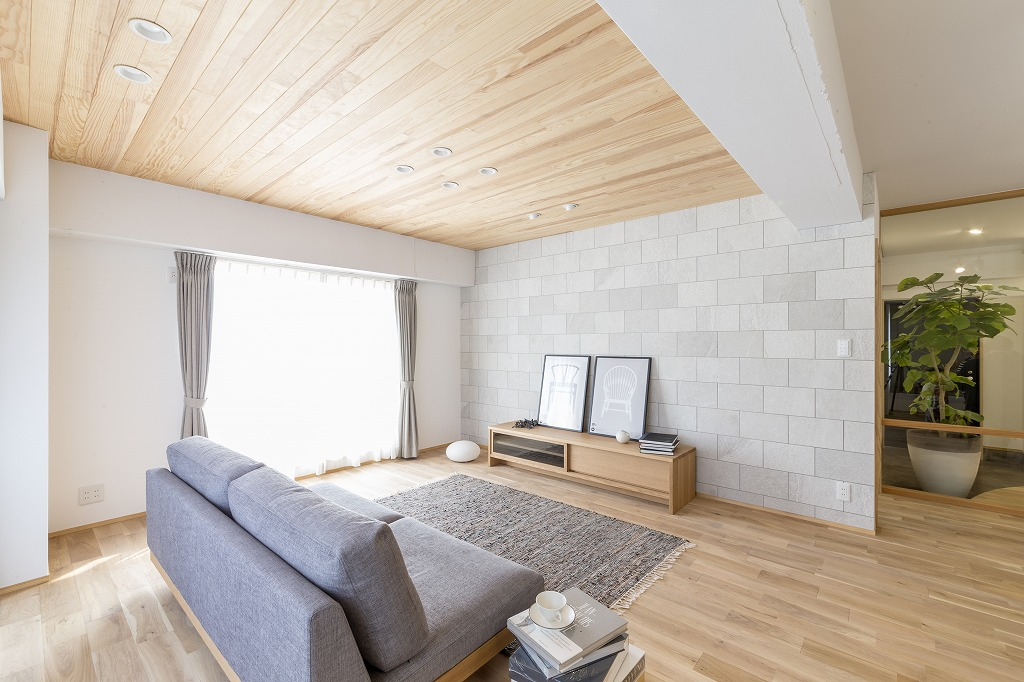 パイン無垢板張りの天井で落ち着き感を。低めのソファで圧迫感を軽減。