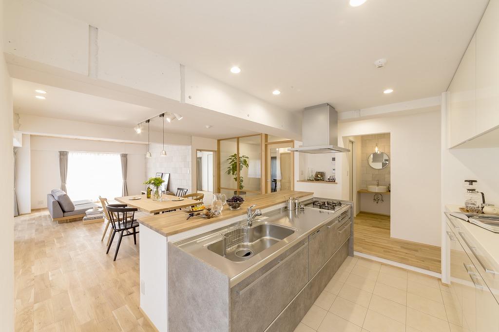 配管の都合で生じる段差を利用して、ダイニング側からキッチン手元を見えやすく。